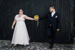 Brautpaar hält Blumenstrauß