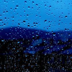 Blick aus dem Fenster ertrinkt im Regen