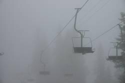 Sesselbahn im Nebel