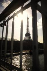 Eiffelturm hinter Gittern