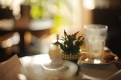 im Café.