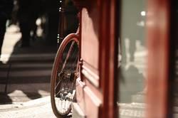 Schatten, Spiegelung und ein Fahrrad