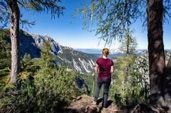 Frau wandert und blickt in die Berge
