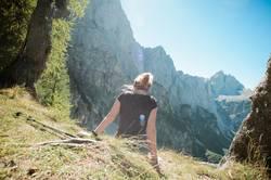 junge Frau macht Pause in den Bergen