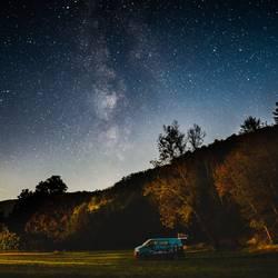 Camper unter Sternenhimmel