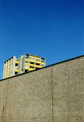 Berliner Plattenbau hinter einer Mauer