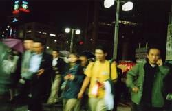 Hektische Passanten auf einer Kreuzung in Tokio
