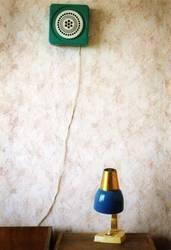 Nachttischlampe und Ventilator in einem russischen Hotelzimmer