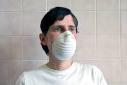 person mit schutzmaske