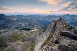 den Sonnenuntergang auf der Spitze eines Berges zu treffen