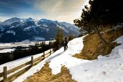 Liebespaar beim Winterspaziergang