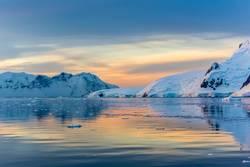 Idyllische Lagune mit Berg, Lemaire-Straße, die Antarktis