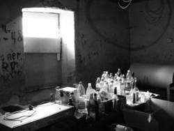 Das Fenster zum Flaschenfriedhof