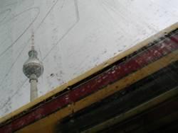 Turm auf S-Bahn an Regen