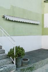 Markise mit Treppe und Flora