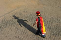 Flaggenmann und sein Schatten