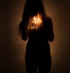 Mädchen mit Lichterkette unter den Haaren (fairylights)
