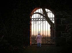 Mädchen am Tor