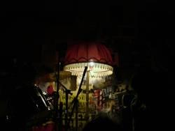 Stehlampe in Proberaum mit Schlagzeug