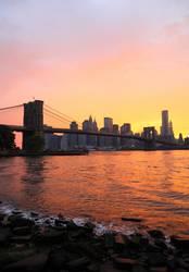 Brooklyn Bridge und New York Skyline am Abend