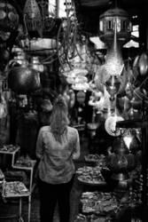 Frau im Lampenladen