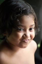 Portrait des netten Lächelns des kleinen Mädchens