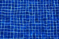 blaue Symmetrie unter Wasser