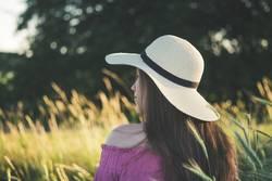 Junge Frau mit Sonnenhut