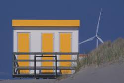Strandhaus mit Windrad