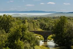 Natursteinbrücke in der Landschaft