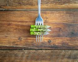 Grüner Spargel auf einer Gabel