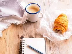 Kaffepause mit Croissant