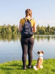 Junge Frau mit kleinen Hund am See