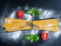 Spaghetti mit Basilikum und Tomaten