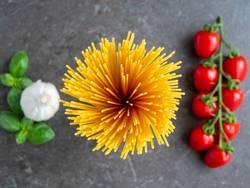 Draufsicht auf Spaghetti mit Tomaten