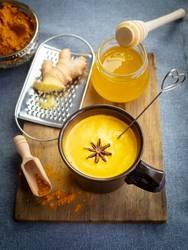 Goldene Milch mit Honig und Ingwer