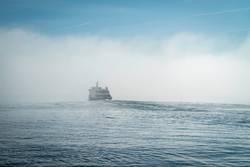 Wellenreiter, Schiff auf einer Welle auf dem Bodensee, Nebel