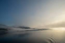 Morgenstimmung mit Blick auf Nebel und Berge im Saguenay Fjord