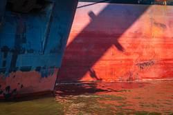 Sonne und Hamburger Hafen: Zwei Containerschiffe vor Anker