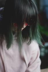 teenager mit grünen haaren