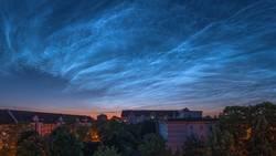 Leuchtende Nachtwolken über Mannheim