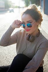 Young woman with Sun glasses and headphones