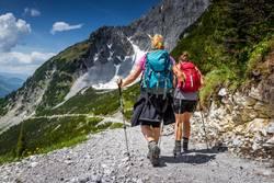Zwei Frauen mit Wanderausrüstung