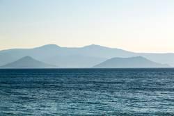 Dunstige Berge hinter dem Meer