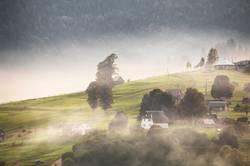 Alpendorf in Bergen. Rauch, Feuer und Dunst