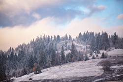 Erster Schnee im Herbst. Schneefälle in Bergen