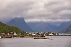 Norwegen-Dorf Reine auf einem Fjord. Nordischer bewölkter Sommer