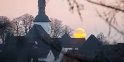 Sonnenuntergang hinter einer Kirche