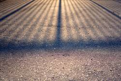 Abendlicher Schatten auf Asphalt