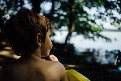 kleiner Junge am See